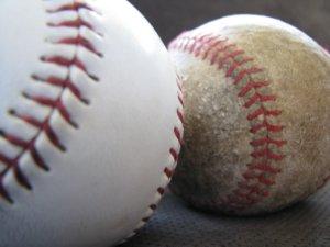 キレイな野球ボールと古い野球ボール