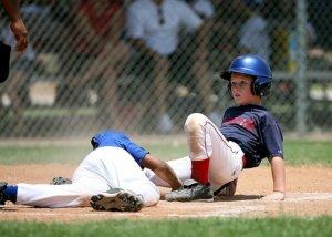少年野球でタッチアウトを試みるプレー