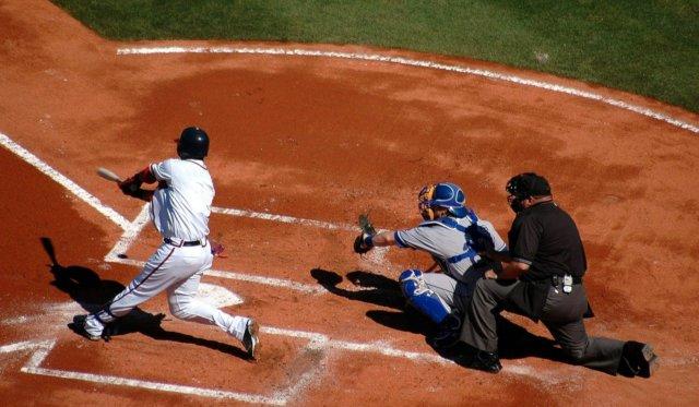 野球の試合で空振りしてしまう選手