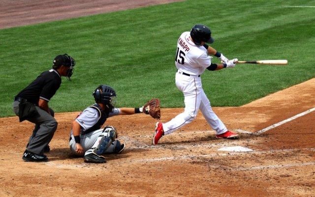 ボールをよく見て打つ野球選手