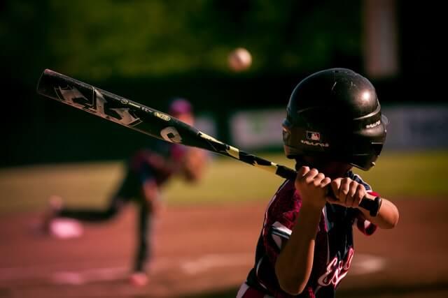ナイターで試合をする野球少年