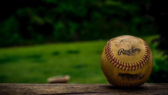グラウンドに落ちている野球ボール