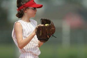 右ピッチャーとして活躍する女子選手
