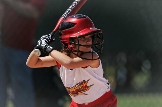 少年野球で活躍する女の子