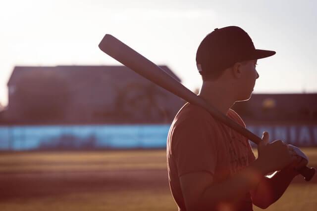 野球少年が素振りをするところ