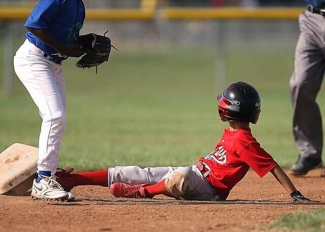 盗塁で滑り込む選手