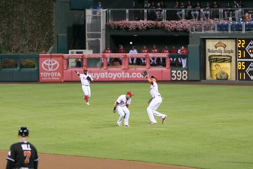 打球を追う野手