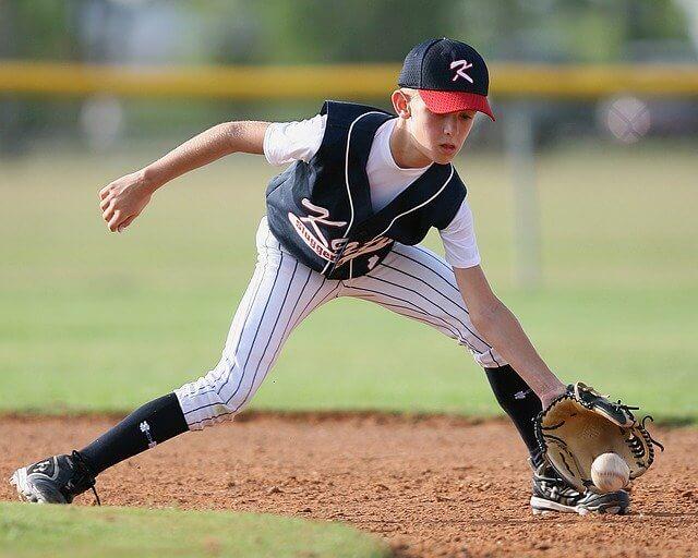 内野ノックを受ける少年野球の選手